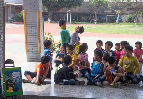 Children spelling V