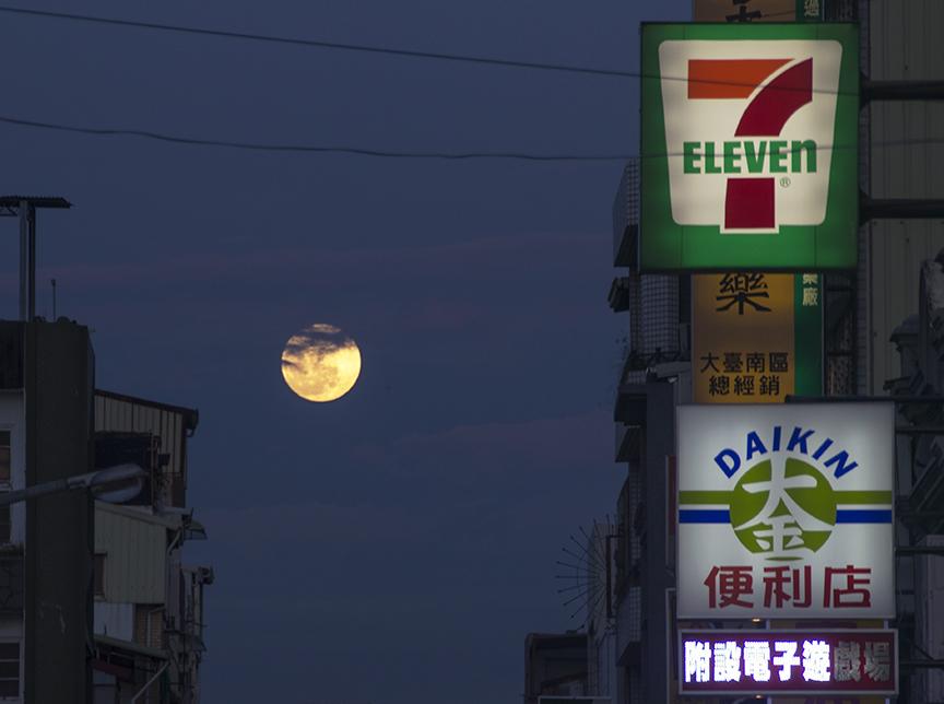 Harvest moon in Tainan